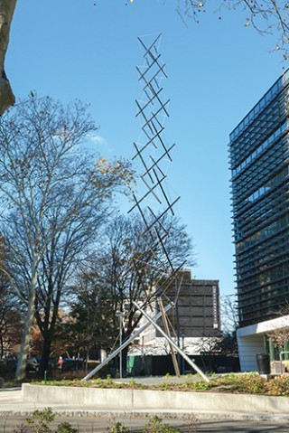 Kenneth Snelson - Black E.C. Tower